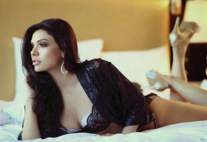 Sara Loren for Maxim India_TOP
